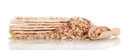 Staczający się owsy w drewnianej łyżce i ciastkach na bielu zdjęcie royalty free