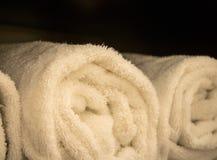 Staczający się ręczniki przy zdrojem lub domem obrazy stock
