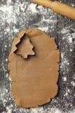 Staczający się za surowym cieście dla wakacyjnych ciastek z wypiekowym naczyniem fotografia stock