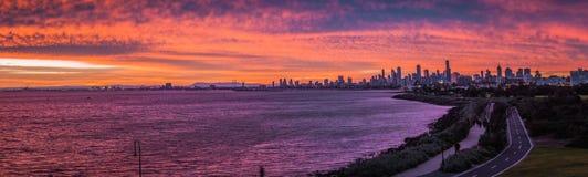 stad över horisontsolnedgång Royaltyfria Foton