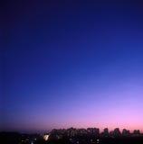stad över skymning Arkivfoton