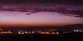 stad över soluppgång Arkivbild