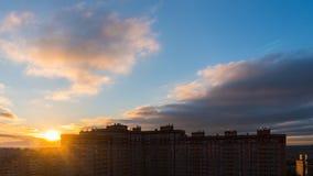 stad över stigningssunen arkivfoto