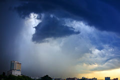 stad över storm Arkivbild