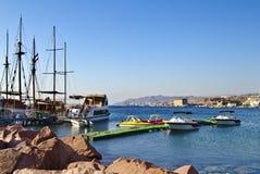 stad anslutade yachter för eilatisrael marina Royaltyfri Bild