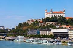 Stad av Bratislava från Danube River i Slovakien Arkivbild