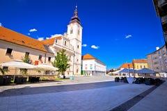 Stad av Cakovec den huvudsakliga fyrkanten och den kyrkliga sikten Royaltyfria Foton
