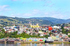 Stad av Castro, färgglad strand Chiloe ö, Patagonia, Chile royaltyfri fotografi