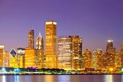 Stad av Chicago USA, färgrik panoramahorisont för solnedgång Arkivbild