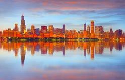 Stad av Chicago USA, färgrik panoramahorisont för solnedgång Arkivfoto