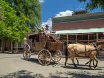 Stad av Columbia, guld- län, Kalifornien, USA: Hästvagnsryttare royaltyfri fotografi