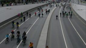 Stad av cyklister Tusentals cyklister på en stadsgata arkivfilmer