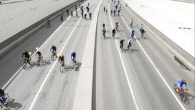 Stad av cyklister Tusentals cyklister på en stadsgata stock video