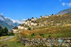 Stad av dödaen: en nekropol nära byn Dargavs I bergen gammal kyrkogård Royaltyfria Bilder