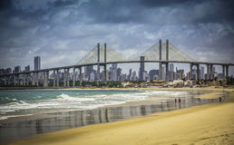 Stad av den födelse- stranden med den Navarro bron Arkivbild