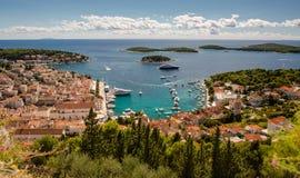 Stad av den Hvar yachthamnen royaltyfria bilder