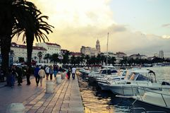 Stad av den kluvna hamnen på Adriatiskt havet i Kroatien, Dalmatia region, gammal stad i bakgrunden Arkivbilder