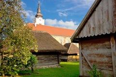 Stad av den Krizevci historiska stugor och kyrkan Royaltyfria Foton