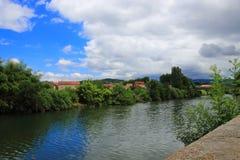 Stad av den Limoux och Aude floden i Frankrike arkivbilder