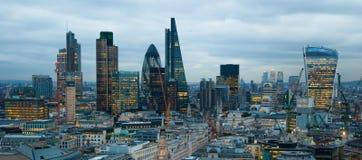 Stad av den London, affärs- och bankrörelsearian London panorama i soluppsättning Arkivbild