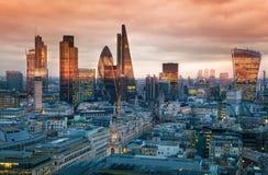 Stad av den London, affärs- och bankrörelsearian London panorama i soluppsättning Arkivbilder