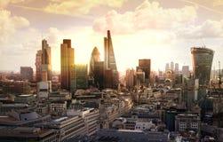 Stad av den London, affärs- och bankrörelsearian London panorama i soluppsättning Fotografering för Bildbyråer