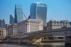 Stad av den London sikten från den flodThemsen-, walkie-talkiebyggnaden och moderna skyskrapor london uk Royaltyfria Bilder