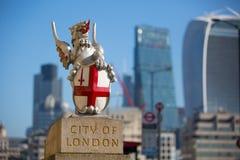 Stad av den London sikten från den flodThemsen-, walkie-talkiebyggnaden och moderna skyskrapor london uk Royaltyfri Fotografi