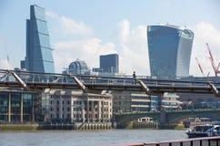 Stad av den London sikten från den flodThemsen-, walkie-talkiebyggnaden och moderna skyskrapor london uk Arkivbilder
