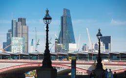 Stad av den London sikten från den flodThemsen-, walkie-talkiebyggnaden och moderna skyskrapor london uk Arkivfoton