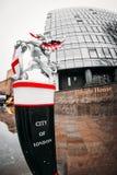 Stad av den London statyn av drakegränsfläcken, finansiellt område, stad av London arkivfoto