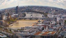 Stad av den London Westminster sidosikten Panoramautsikt från golvet 32 av London skyskrapa Royaltyfri Bild