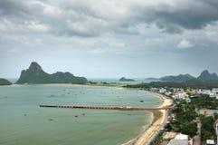 Stad av den Prachuap sjösidan i det Prachuap Khiri Khan landskapet av Thailand fotografering för bildbyråer