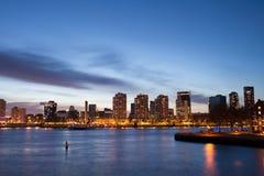 Stad av den Rotterdam flodsikten på skymning Fotografering för Bildbyråer
