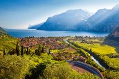 Stad av den Torbole och Lago di Garda solnedgångsikten arkivbild