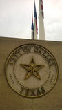 Stad av det Dallas tecknet med flaggor Arkivbild