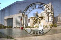 Stad av det Dallas TX tecknet och stadshuset Royaltyfri Fotografi