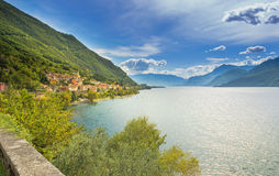 Stad av Dorio längs kusten av sjön Como på en solig dag arkivbilder