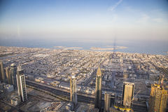 Stad av Dubai från Burj Khalifa Arkivfoton
