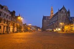 Stad av Haarlem, Nederländerna på natten Royaltyfri Fotografi