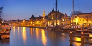 Stad av Haarlem, Nederländerna på natten arkivbild