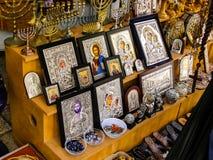 Stad av Jerusalem, kyrkliga bänkar som säljer symboler och religiösa attribut arkivfoto