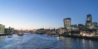Stad av London horisont i aftonen - London England UK Arkivbilder