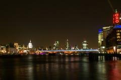 Stad av London horisont på natten Arkivfoto