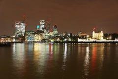 Stad av London horisont på natten Royaltyfria Foton