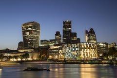 Stad av London horisont på skymningen Royaltyfria Foton