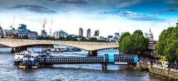 Stad av London i ljus för sen eftermiddag från den Hungerford bron Arkivfoto