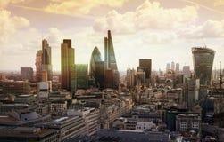 Stad av London moderna byggnader på solnedgången Fotografering för Bildbyråer