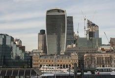 Stad av London, moderna glass byggnader och några fartyg Arkivfoton