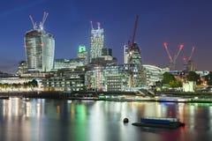 Stad av London och Thames River på natten Arkivbilder